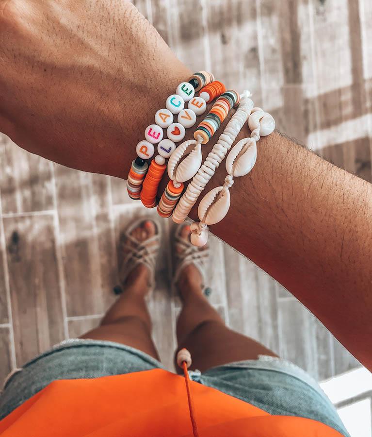 bracelets perles heishi lettres